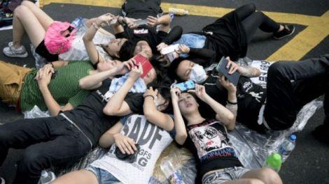 manifestanti hong kong iphone
