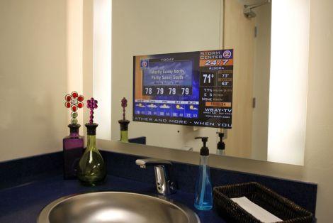 La TV in bagno, dietro lo specchio