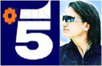 Un immagine del cantante degli U2 affiancato dal s