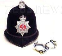 Elmetto e manette della polizia britannica