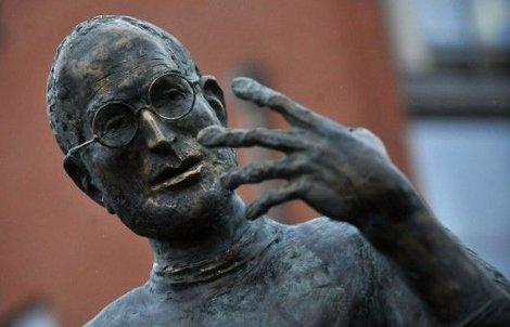 steve jobs grammy statua