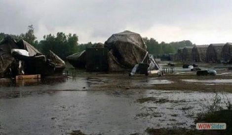 expo militari nel fango distrutte le tende