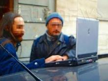 Due scrocconi all'aperto con un portatile