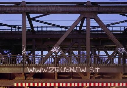 [zeusnews.it scritto su un ponte]