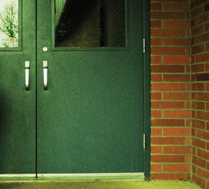 studente sospeso per aver tenuto aperta la porta