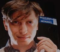[un giovane Bill Gates regge un floppy da 5.25]
