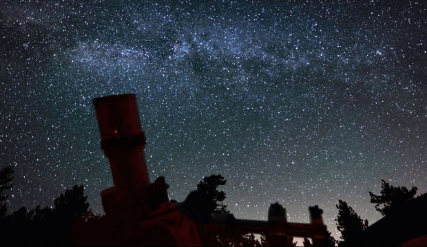 elon musk satelliti cielo notturno